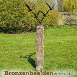 Vogel tuinbeeld ''De 5 ganzen'' op Basalt sokkel