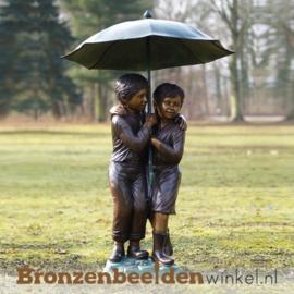 Tuinbeeld kinderen onder paraplu BBW215