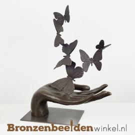 Gedenkbeeldje hand met vlinders BBW10001