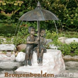 """Waterspeler """"Jongetje en meisje onder paraplu"""" BBWR88485"""