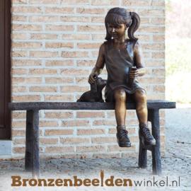 Tuinbeeld meisje op bankje met hond BBW1381