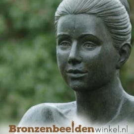 Groot vrouwenbeeld voor in de tuin BBW1093