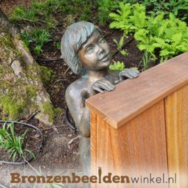 Beeld jongetje die over een randje kijkt BBWR88530