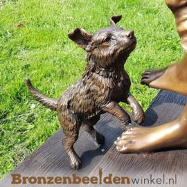 Groot beeld meisje op trap met hondje BBW1122