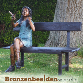 Tuinbeeld meisje op bankje met vogel BBW58675