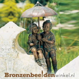 """Waterspeler """"Jongetje en meisje onder paraplu"""" BBWR88376"""