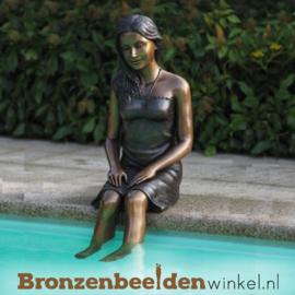 Beeld zittend meisje aan zwembad BBW1296
