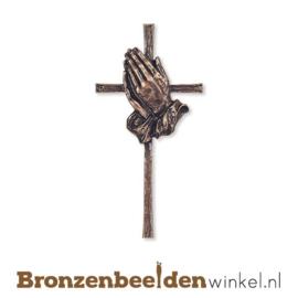 Bronzen kruis met gevouwen handen BBW24350-025