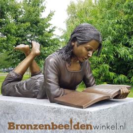 Tuinbeeld lezend meisje in brons BBW840