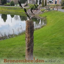 Abstract tuinbeeld ''De 5 ganzen'' op Basalt sokkel