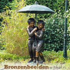 Fontein beeld kinderen onder paraplu BBW215