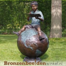 """Kinderbeeld """"Jongetje op Wereldbol"""" van brons BBW59480"""