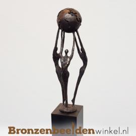 """Groot jubileum geschenk """"Wereldwijd Verbonden"""" op kunsthars sokkel"""