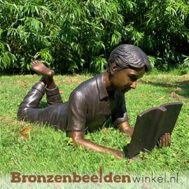 Lezende jongen als tuinbeeld BBW1223