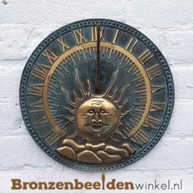 Verticale zonnewijzer aan de muur