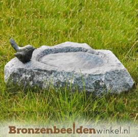 Stenen vogeldrinkbak met bronzen vogeltje BBWR42048