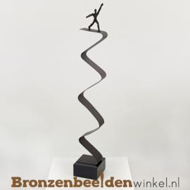 """Zakelijk geschenk beeldje """"Balancerend op de Top"""" BBW007br00"""