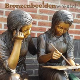 "Tuinbeeld ""Studerende Meisjes"" op bankje BBW839"
