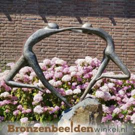 Tuinbeeld ''Liefdesdans'' op Basalt sokkel