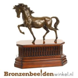 Paarden beeldje op houten plateau BBWJK54