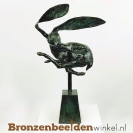Beeld springende haas - groene patina BBW009br01g