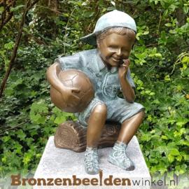 Bronzen jongen met bal als tuinbeeld BBW1957br