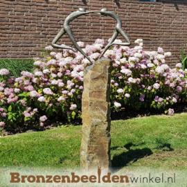 Bronzen tuinbeeld ''Liefdesdans'' op Basalt sokkel