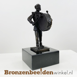 """Muziekbeeldje """"Basstrom  op sokkel en brons uitvoering"""" BBW00br05"""