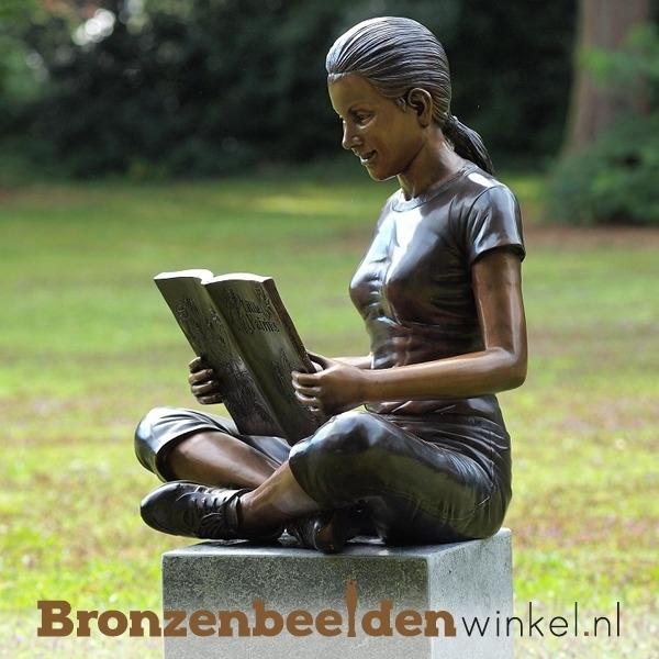 Lezende jongedame als tuinbeeld BBW950