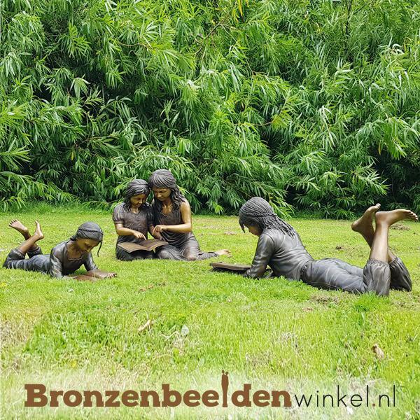Vier lezende meisjes voor in de tuin BBW2999