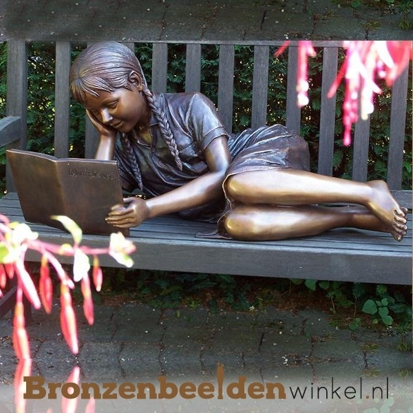 Liggende lezende jongedame als tuinbeeld BBW961