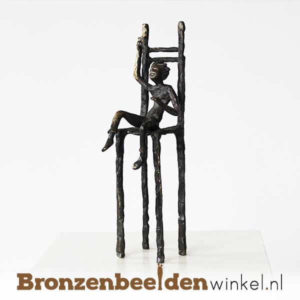 """Beeldje """"Jongen op stoel"""" BBW005br83"""