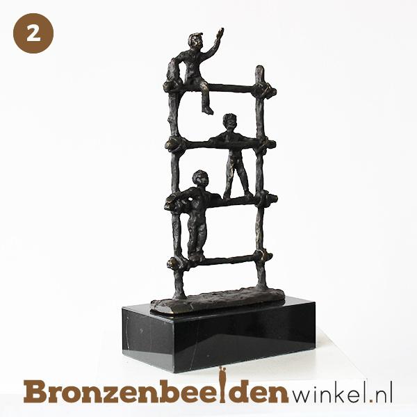 NR 2   Afscheidscadeau meester ''Spelende kinderen op klimrek'' BBW005br77