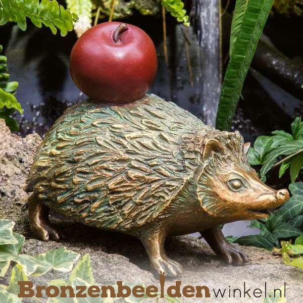 Bronzen egel beeld met appel BBW37279