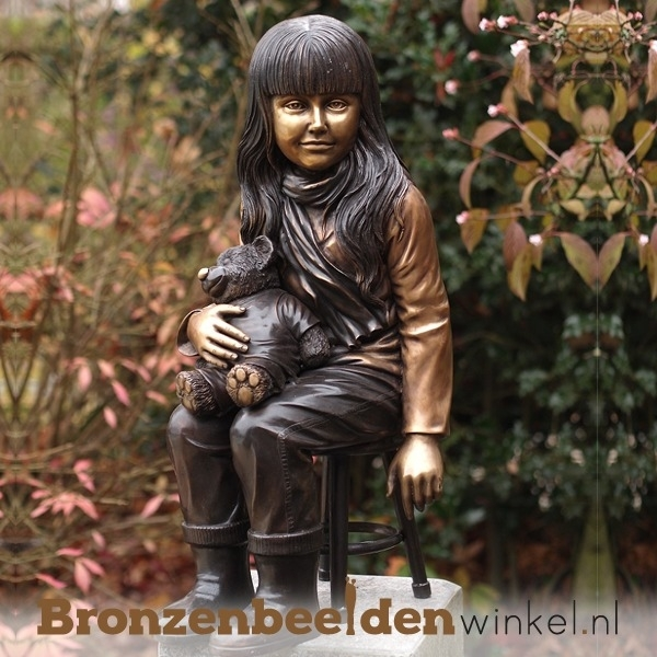 Meisje met teddy als tuinbeeld BBW1134