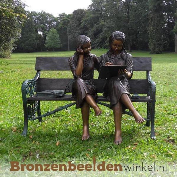 tuinbeeld lezende meisjes