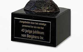 bronzen beeldje met tekst