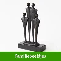 Familie beeldjes als huwelijkscadeau voor kind