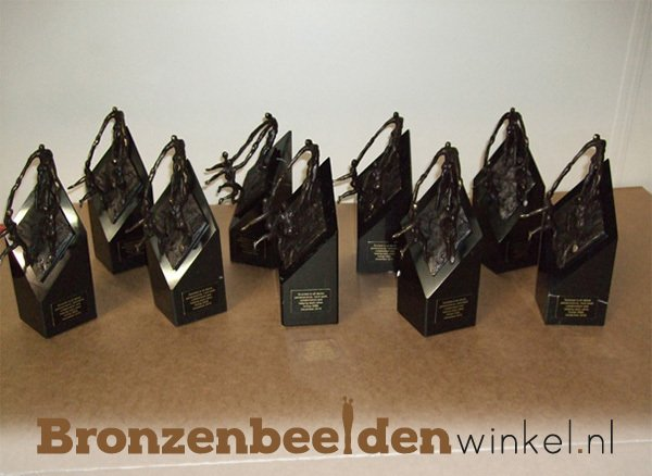 Kleine bronzen beeldjes met teksplaatje