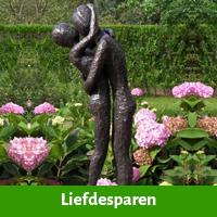 Liefdesparen als tuinscuptuur