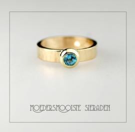 Luxe gouden extra brede ring met hamerslag afwerking en Topaas van 4 mm