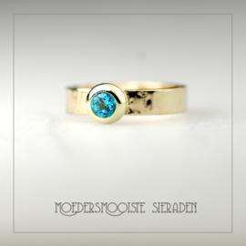 Luxe gouden ring met hamerslag afwerking en Topaas van 4 mm