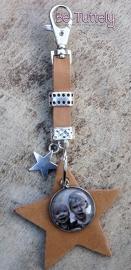 Sleutel / tashanger buffel volnerf met ster en foto/tekst natural