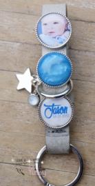 Fotosleutelhanger met 2 foto/ tekstsliders en 1 polarisslider, zilveren ring en bedels