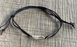 M&M satijn armbandje veer (meer kleuren mogelijk)