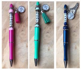 Pen (keuze uit 6 kleuren) met letterkralen naam en tekstbedel