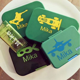 Verscheidene stickers op Yumbox en Drink in the Box voor Mika