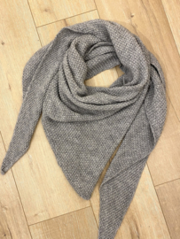 Knitted triangle scarf - grey