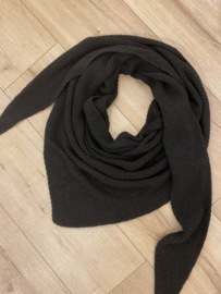 Knitted triangle scarf - black
