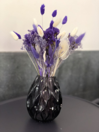 vaasje met droogbloemen in paarse/crème tinten